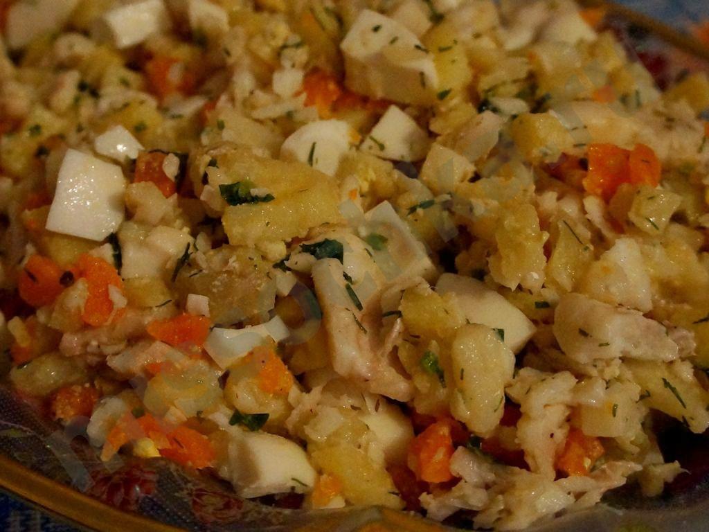 обычный рыбный салат с картошкой
