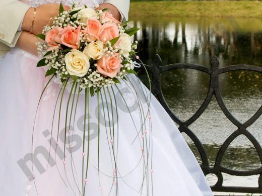 букет из роз в руках у невесты