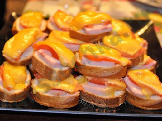 гора горячих бутербродов с ветчиной и сыром