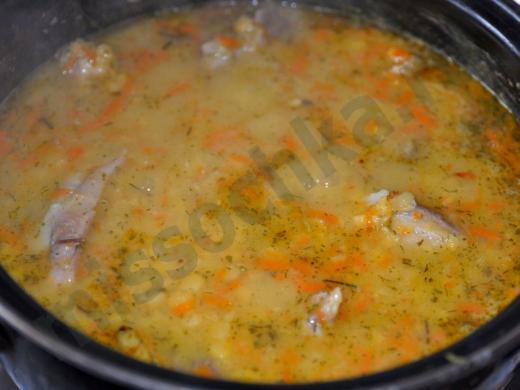 суп из гороха со свиными рёбрами варится в кастрюле