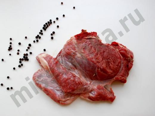 кусок свежей говядины и перец горошком