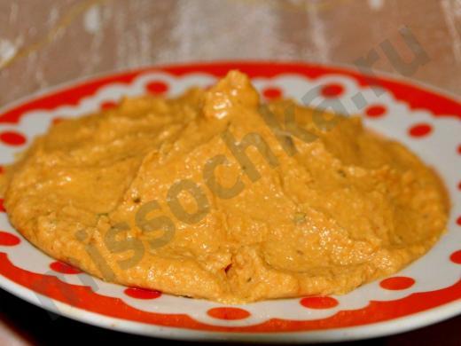 готовый хумус на тарелке
