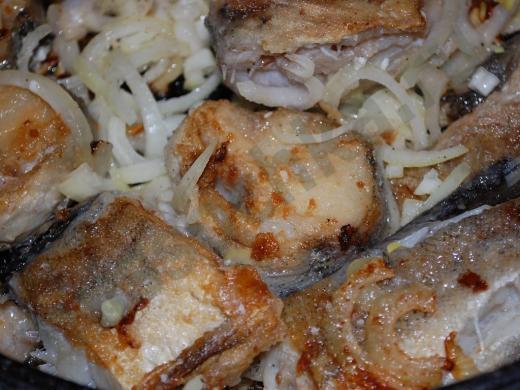 рыба жаренная кусками с луком