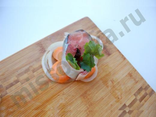 стейк из красной рыбы с луком,морковью и зеленью