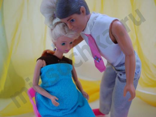 Кен успокаивает беременную Барби