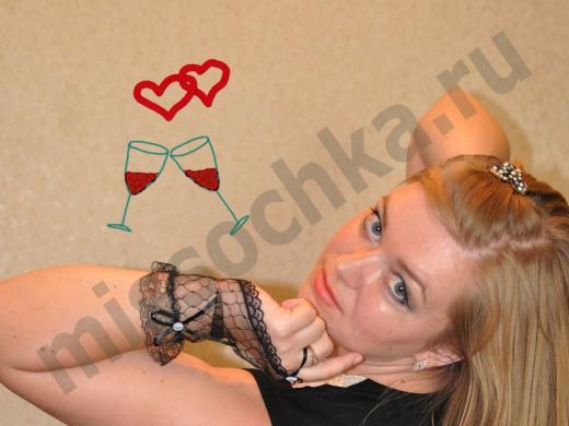 блондинка с зелёными глазами в чёрных кружевных перчатках