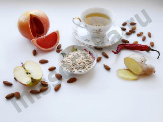 зелёный чай, грейпфрут, половинка яблока, овсяные хлопья, имбирь, миндаль, жгучий перец