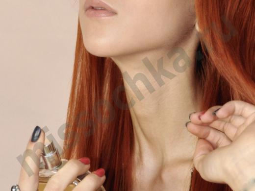 девушка наноси парфюм себе на шею
