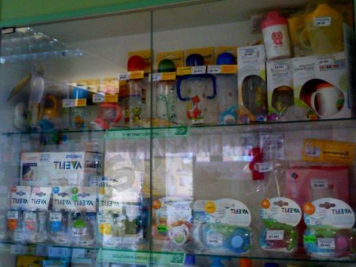 витрина с бутылочками для младенцев
