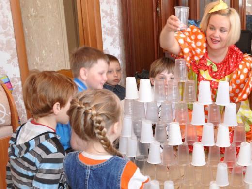 строим башню из пластиковых стаканчиков