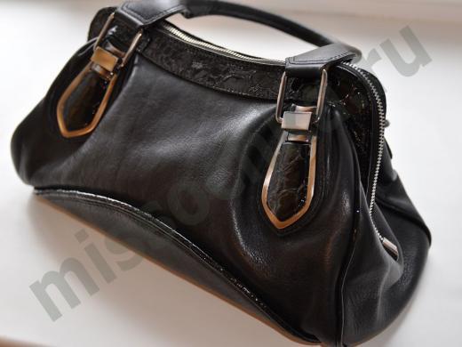 женская черная кожаная сумочка с пряжками