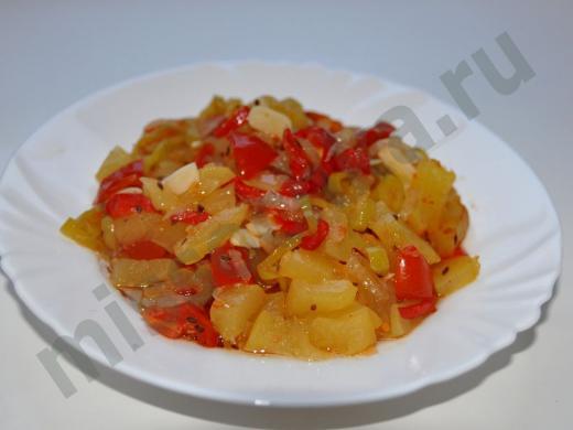 овощной микс на белой тарелке
