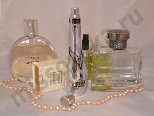 несколько флаконов с парфюмом