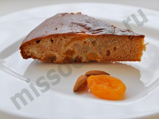 кусок кекса на белой тарелке, курага и миндаль