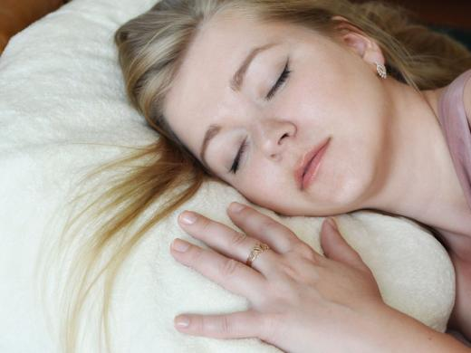 спящая девушка на подушке