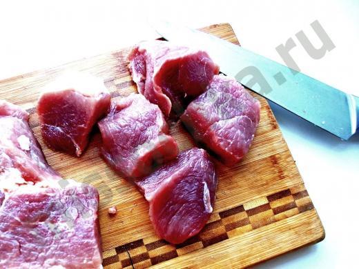 мясо дикого кабана на разделочной доске