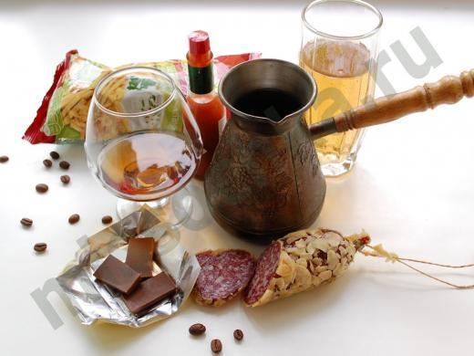 кофе в турке,кофейные зёрна,вино в бокале,колбаса в чесноке, чипсы, газировка, острый соус в бутылочке
