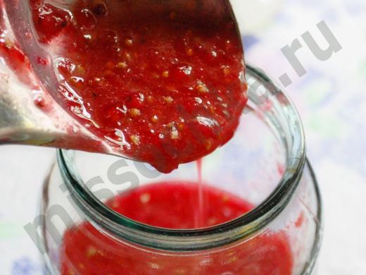 наполняем банку протёртыми ягодами красной смородины