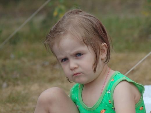 обиженный и недовольный ребёнок
