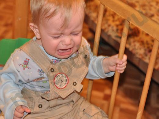 плачущий ребёнок в кроватке