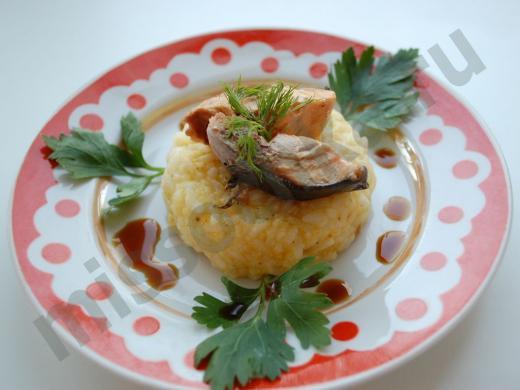 тарелка с рисом и красной рыбой