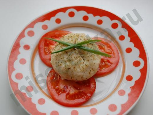 Рыбная котлета с помидорами и зелёным луком