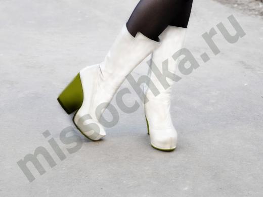 белые сапоги на зелёном каблуке