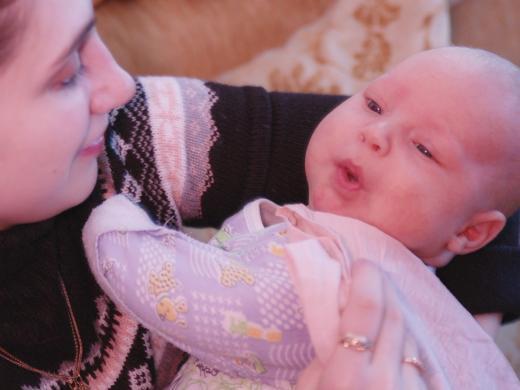 малыш на руках матери