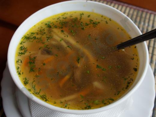 тарелка супа из курицы с лапшой