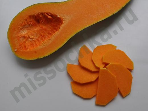 половинка тыквы и ломтики тыквы в виде цветка