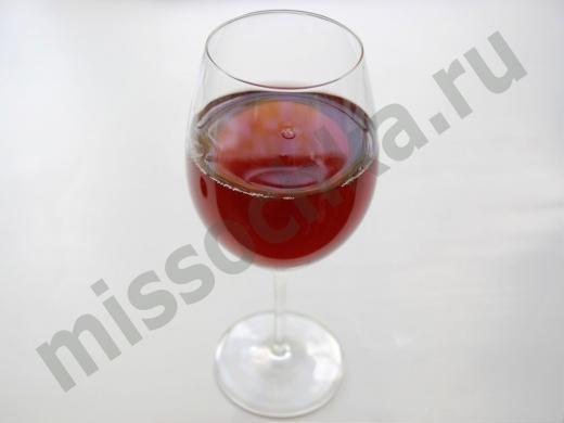бокал красного вина из чёрной смородины