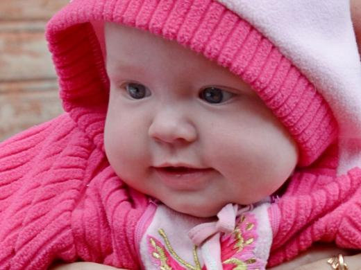 малышка в розовом костюмчике